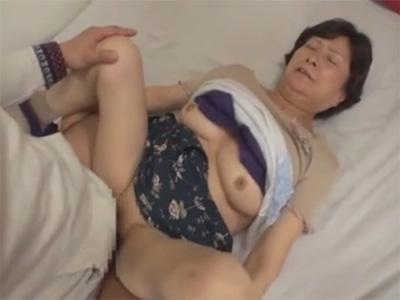 【ひとずまセックス動画】孫に誘われて76歳のおばあちゃんが冥土の土産にAVデビューw