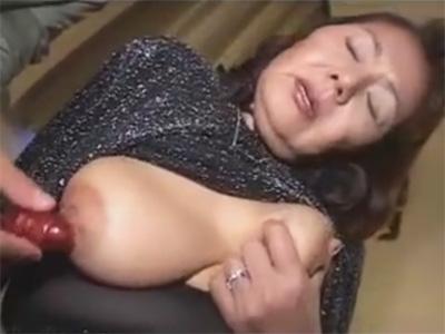 【ひとずま素人動画】還暦間近のスナックのおばちゃんが巨乳の乳頭やおまんこをローターで責められるw