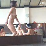 【ひとずま盗撮動画】ターゲットは熟女からババア…女性撮り師が銭湯の大浴場で裸を隠し撮りw