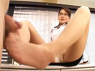【ひとずまSM動画】美人の痴女教師がおとなしい草食系の男子生徒を足コキや手コキで嬉しそうに弄ぶw
