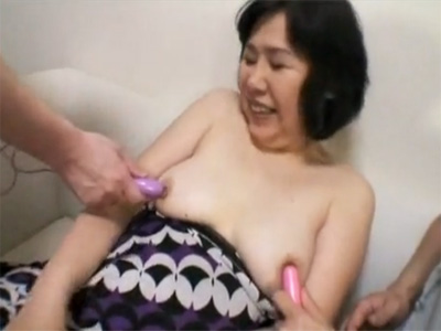 【ひとずまセックス動画】友達の母のオナニーを見てしまいローターやバイブで責める息子の友達w