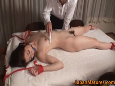 【ひとずまSM動画】浮気した妻をおしおき…机の上で大の字に拘束し電マで性感帯を振動責めw