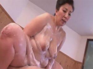 【ひとずまセックス動画】柔らかい豊満ボディーで洗体してくれるムチポチャおばさんとソーププレイw