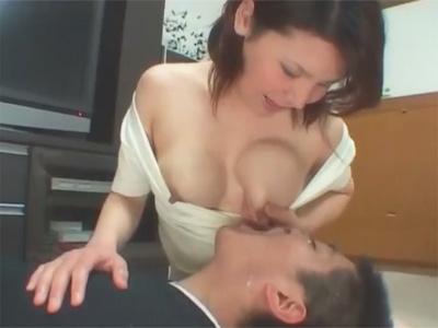 【ひとずまセックス動画】新婚夫婦の赤ちゃんプレイ…胸がパンパンに張った若妻の母乳を飲みながらオナニーする夫w