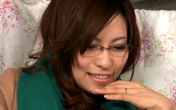 【ひとずまセックス動画】見た目と裏腹に乱れまくるメガネ美女妻は凄い巨乳でエロ過ぎたので種付けしたった
