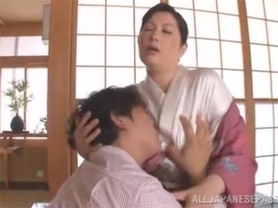 【ひとずま近親相姦動画】お母さんと姫始め…着物姿の五十路間近の美人ママと息子が和室で濃厚セックスw