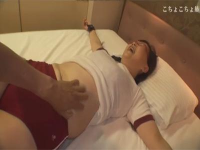 【ひとずまSM動画】容赦ないくすぐり責め…ブルマ姿の四十路のおばちゃんの手を拘束して足の裏や脇腹をコチョコチョw