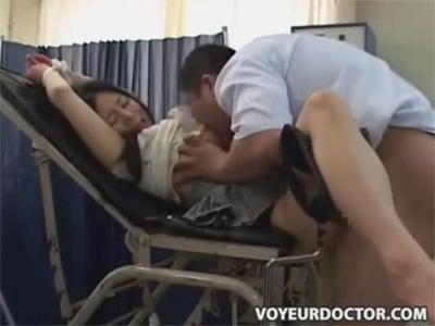 【ひとずま盗撮動画】「暴れる患者さんが多いんですよ」と分娩台に拘束し本気で嫌がる人妻を中出し強姦する医師w