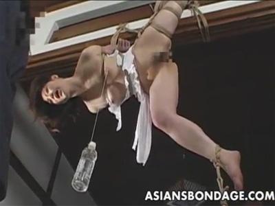 【ひとずまSM動画】縛って宙吊りにしたM熟女の乳首をタコ糸で縛り水を入れたペットボトルで重力責めw