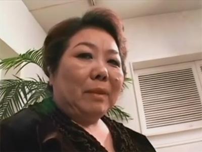 【ひとずまセックス動画】樽体型の57歳のバツ2の肥満おばさんがエロ下着姿で性行為し何度も肉棒で絶頂w