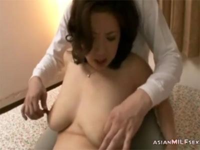【ひとずまセックス動画】母乳が迸る乳首がモロ感のムチムチの三十路熟女と濃厚前戯で絡み合うw
