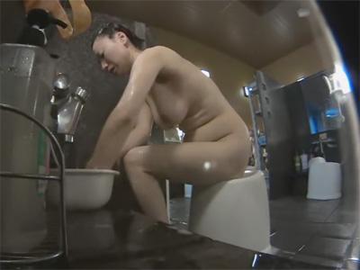 【ひとずま盗撮動画】下腹がだらしなくなり始めた美巨乳の三十路妻を銭湯の洗い場で隠し撮りw