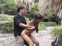 【ひとずま素人動画】公園にてパイパンの妻を連れ回して露出させ放尿やフェラチオやセックスを楽しむw