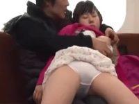 【ひとずまセックス動画】母親が寝ているすぐ横でまだ小学生の幼い娘の体に性的なイタズラをするとんでもない義父!!行為はどんどんエスカレートし・・・